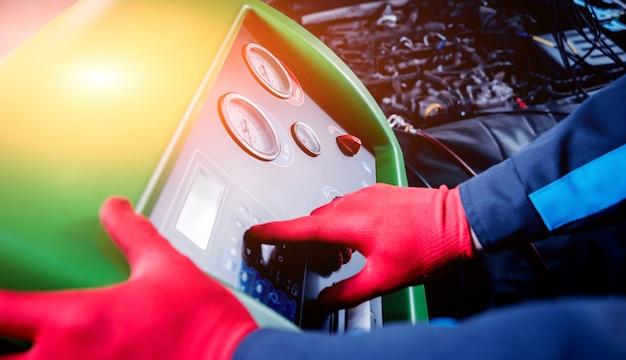 Onderhoud van auto-airconditioner. tankstation.