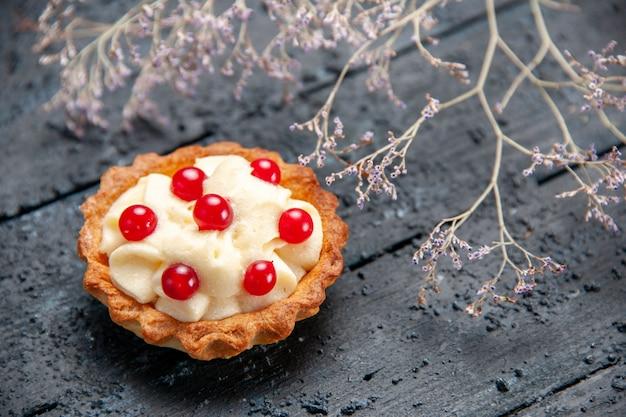 Onderkant nauwe weergave taart met granaatappel op donkere houten achtergrond