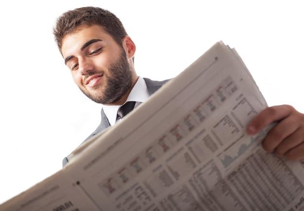 Onderkant van de zakenman het lezen van een krant