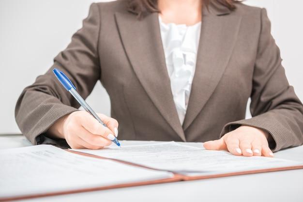 Onderneemster, beambte die documenten, contract ondertekenen, die een overeenkomst, bureauconcept maken