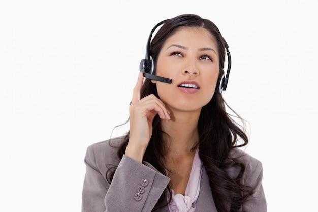Onderneemster die aan bezoeker met hoofdtelefoon luistert