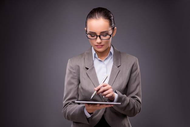 Onderneemster die aan tabletcomputer werken in bedrijfsconcept
