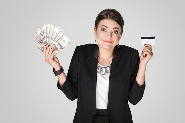 Onderneemster die bij contant gelddollar en creditcard tonen