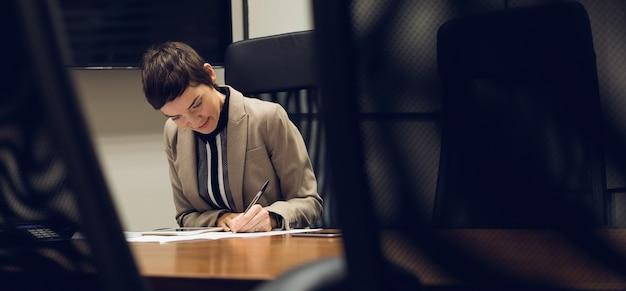 Onderneemster die bij haar bureau werkt