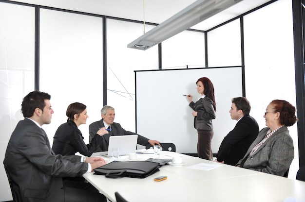 Onderneemster die een diagram trekt tijdens de presentatie