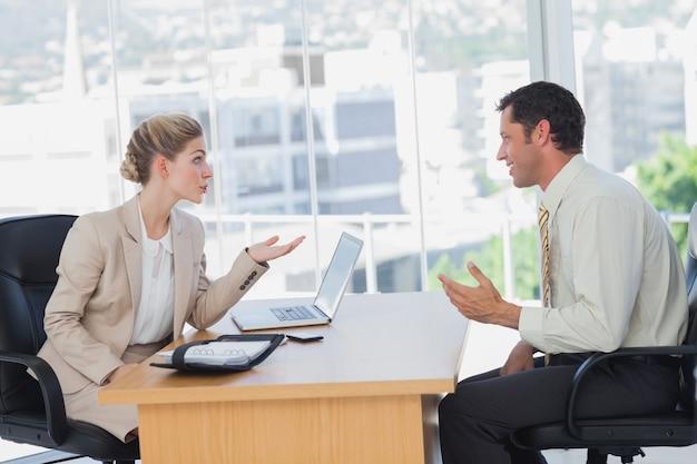 Onderneemster die een glimlachende zakenman interviewt