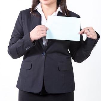 Onderneemster die een leeg wit blad toont. concept voor het bedrijfsleven