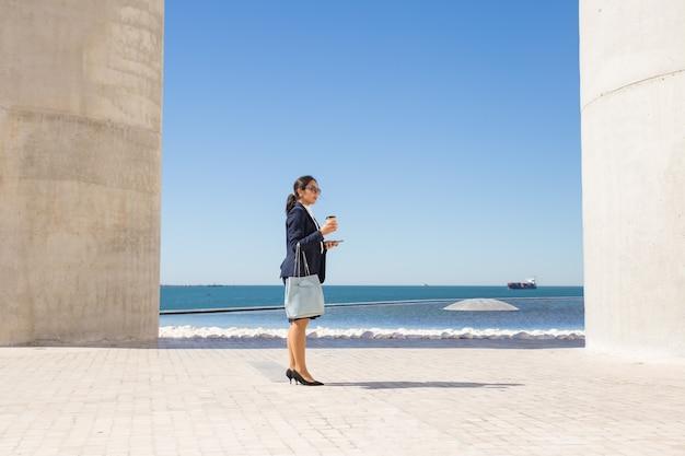 Onderneemster die haar koffiepauze op strandboulevard doorbrengen