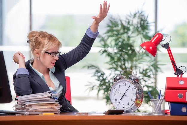Onderneemster die in het bureau werkt