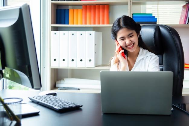 Onderneemster die in het moderne bureau werkt
