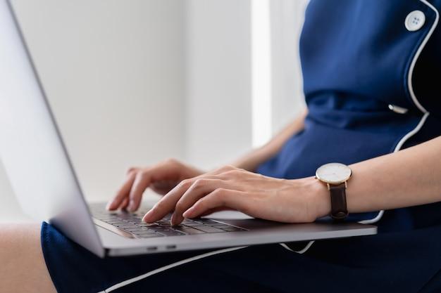 Onderneemster die laptop op de lijst in bureau met behulp van.
