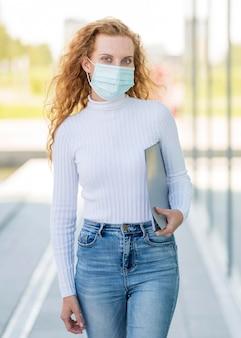 Onderneemster die medisch masker buitenshuis draagt