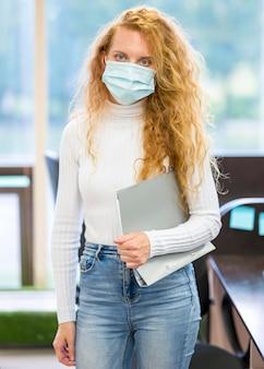 Onderneemster die medisch masker vooraanzicht draagt