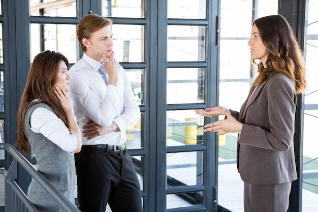 Onderneemster die met team in bureau interactie aangaan