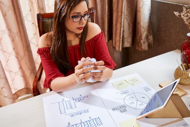 Onderneemster die nieuw businessplan ontwikkelen op kantoor