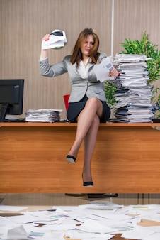 Onderneemster die onder spanning in het bureau werken