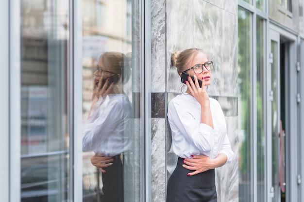 Onderneemster die op mobiele telefoon spreekt