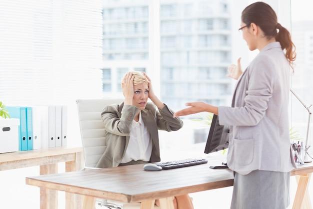 Onderneemster die orden geeft bij haar medewerker