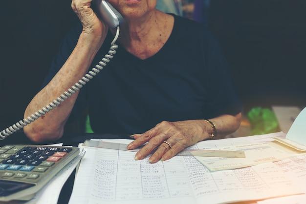 Onderneemster die orden telefonisch ontvangt