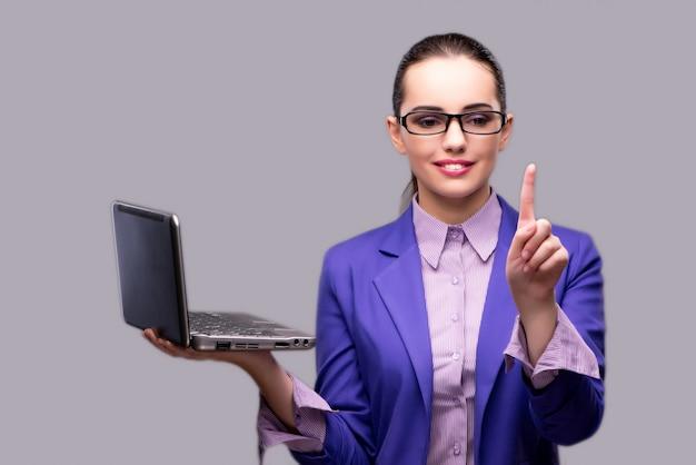 Onderneemster die virtuele laptop van de knoopholding drukken