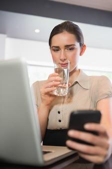 Onderneemster drinkwater in een koffie