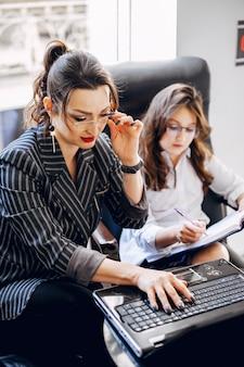 Onderneemster met dochter op het kantoor