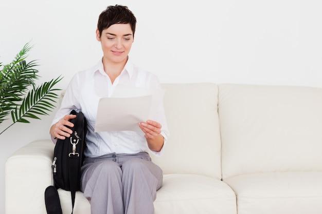 Onderneemster met een document en een zak