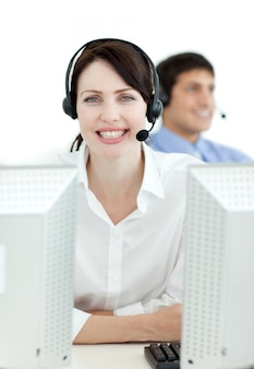 Onderneemster met hoofdtelefoon op het werken