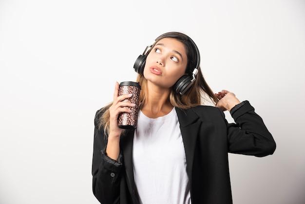 Onderneemster met kop en hoofdtelefoons.