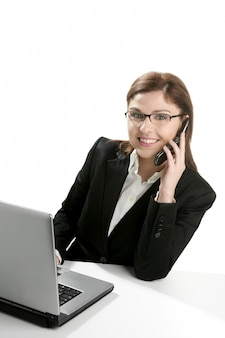 Onderneemster met laptop die mobiele telefoon spreekt