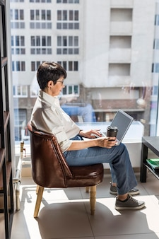 Onderneemster met laptop en koffie