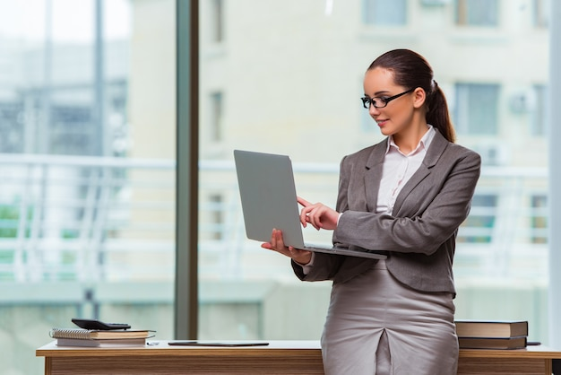Onderneemster met laptop in bedrijfsconcept