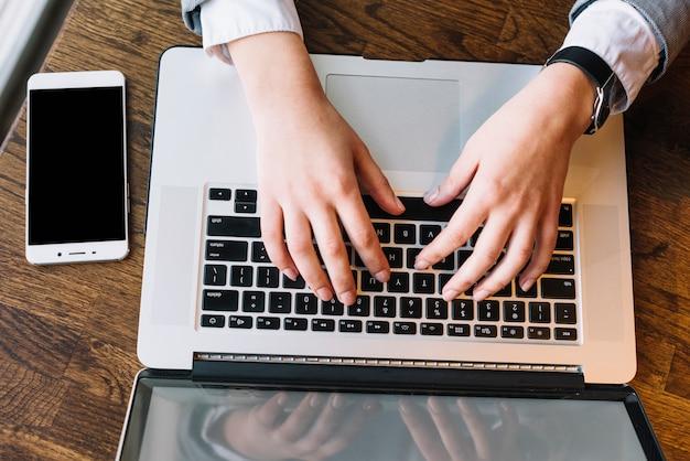 Onderneemster met laptop in koffiewinkel