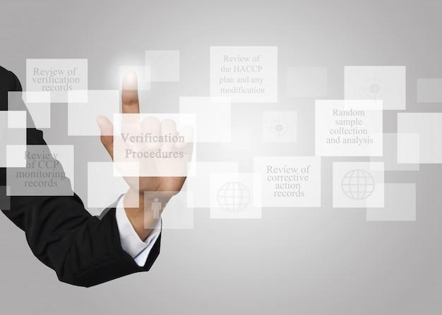 Onderneemster met presentatie-element van verificatieprocedures.