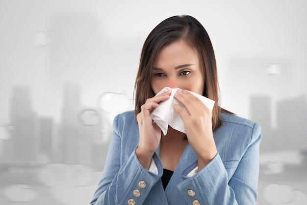 Onderneemster neus brandend gevoel vanwege de giftige rook en fijnstof in de lucht