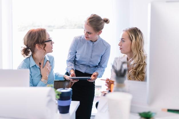 Onderneemsters die bespreking met elkaar hebben betreffende businessplan in bureau