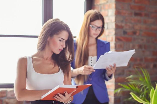 Onderneemsters in een vergadering op kantoor