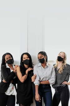 Onderneemsters in masker nieuwe normale kantoormode