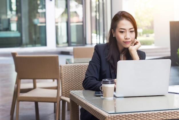 Ondernemer aziatische dame drukke dag