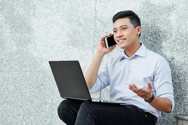Ondernemer belt werknemer