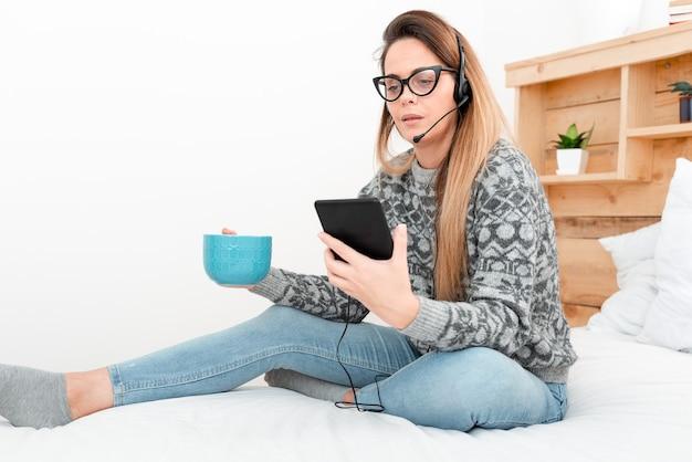 Ondernemer die e-mails leest, student online berichten verzendt, bloginhoud maakt, internetvideo's bekijkt, podcasts luistert, nieuwe dingen leert