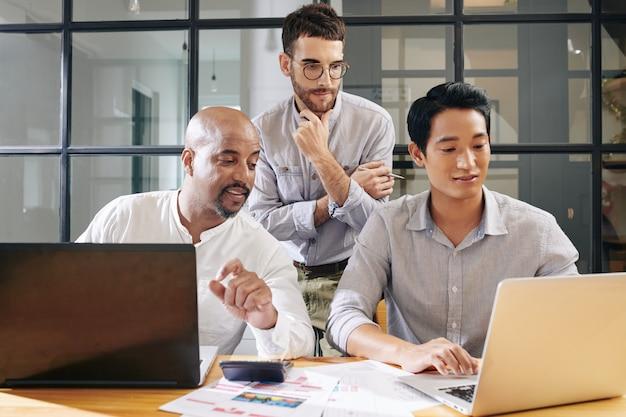 Ondernemer die het werk van collega's controleert