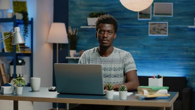 Ondernemer die laptop gebruikt voor online werk op afstand