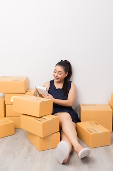 Ondernemer die met dozen werkt