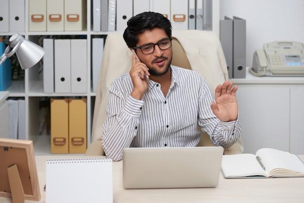Ondernemer met telefoongesprek