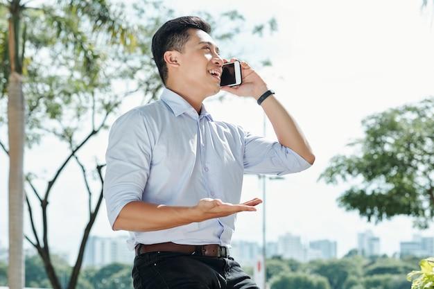 Ondernemer praten over de telefoon