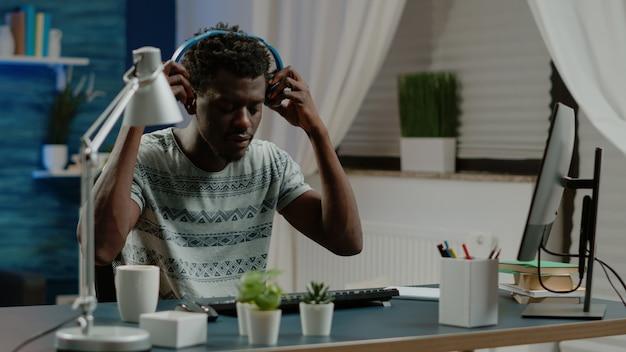 Ondernemer typen op toetsenbord en luisteren naar muziek