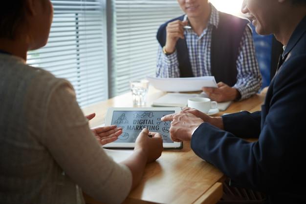 Ondernemers bespreken digitale marketingstrategie