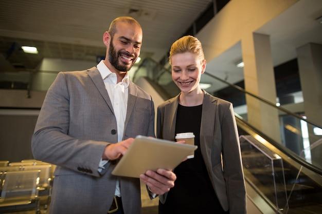 Ondernemers bespreken over digitale tablet