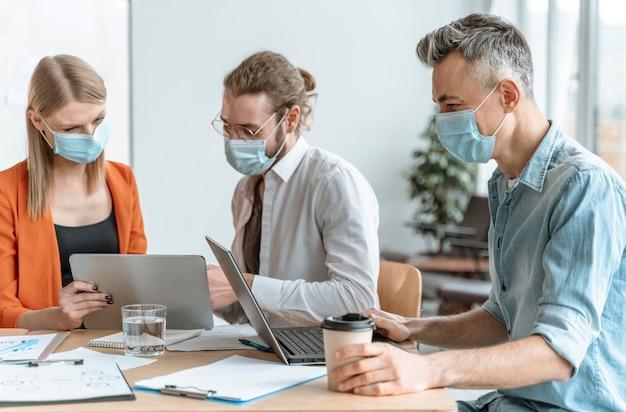 Ondernemers bijeen op kantoor maskers dragen